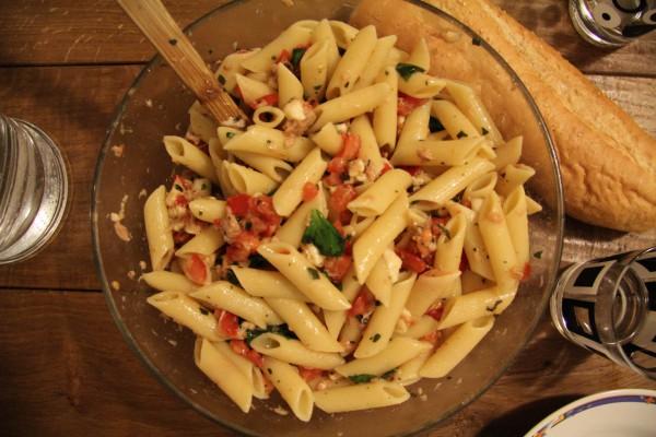 Nudelsalat mit Mozzarella Tomaten und Thunfisch