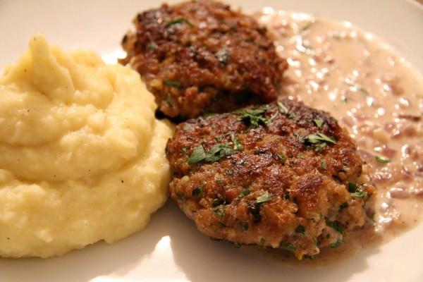 Faschierte Laibchen mit Kartoffel-Sellerie Püree