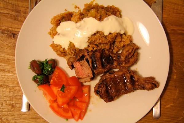 Lammkoteletts und Bulgur mit Gemüse