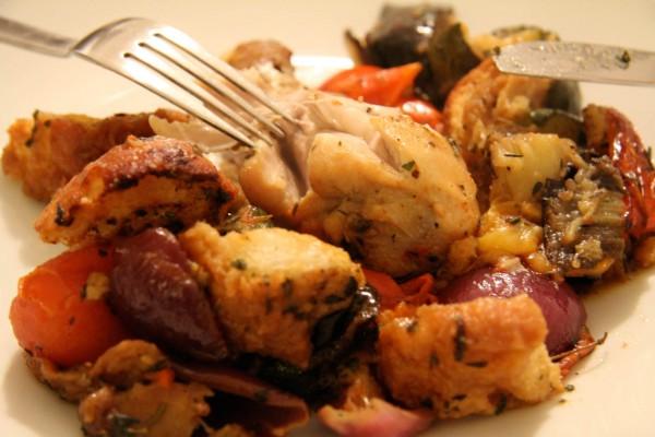 Gegrillte Hühnerschenkel und mediterranes Gemüse