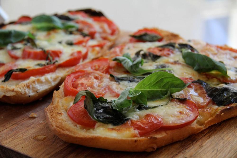 Pizza Brot mit frischen Tomaten, Mozzarella & Pecorino